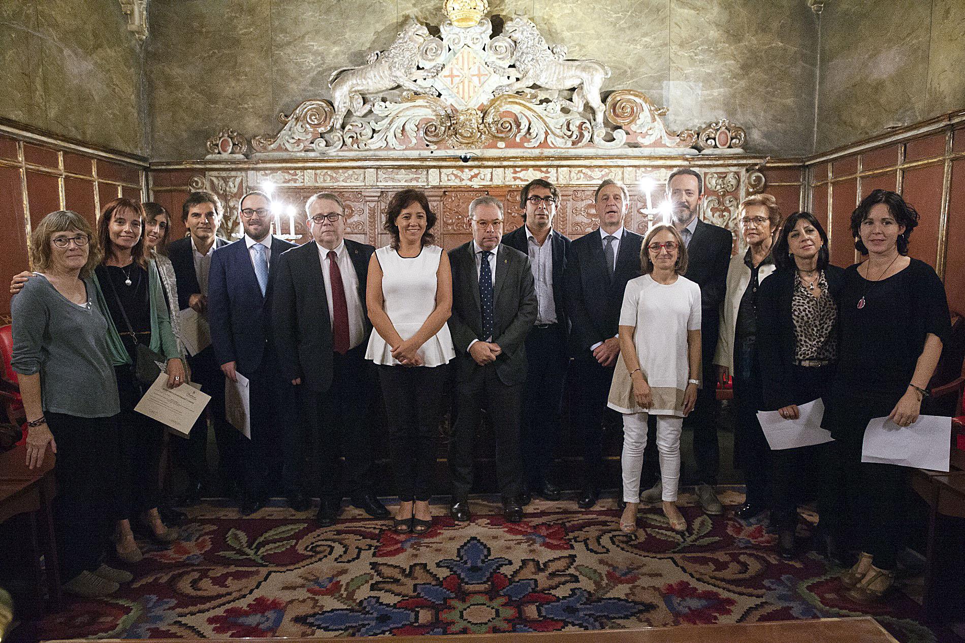 Els premiats als Premis Sanitat Osona amb les autoritats