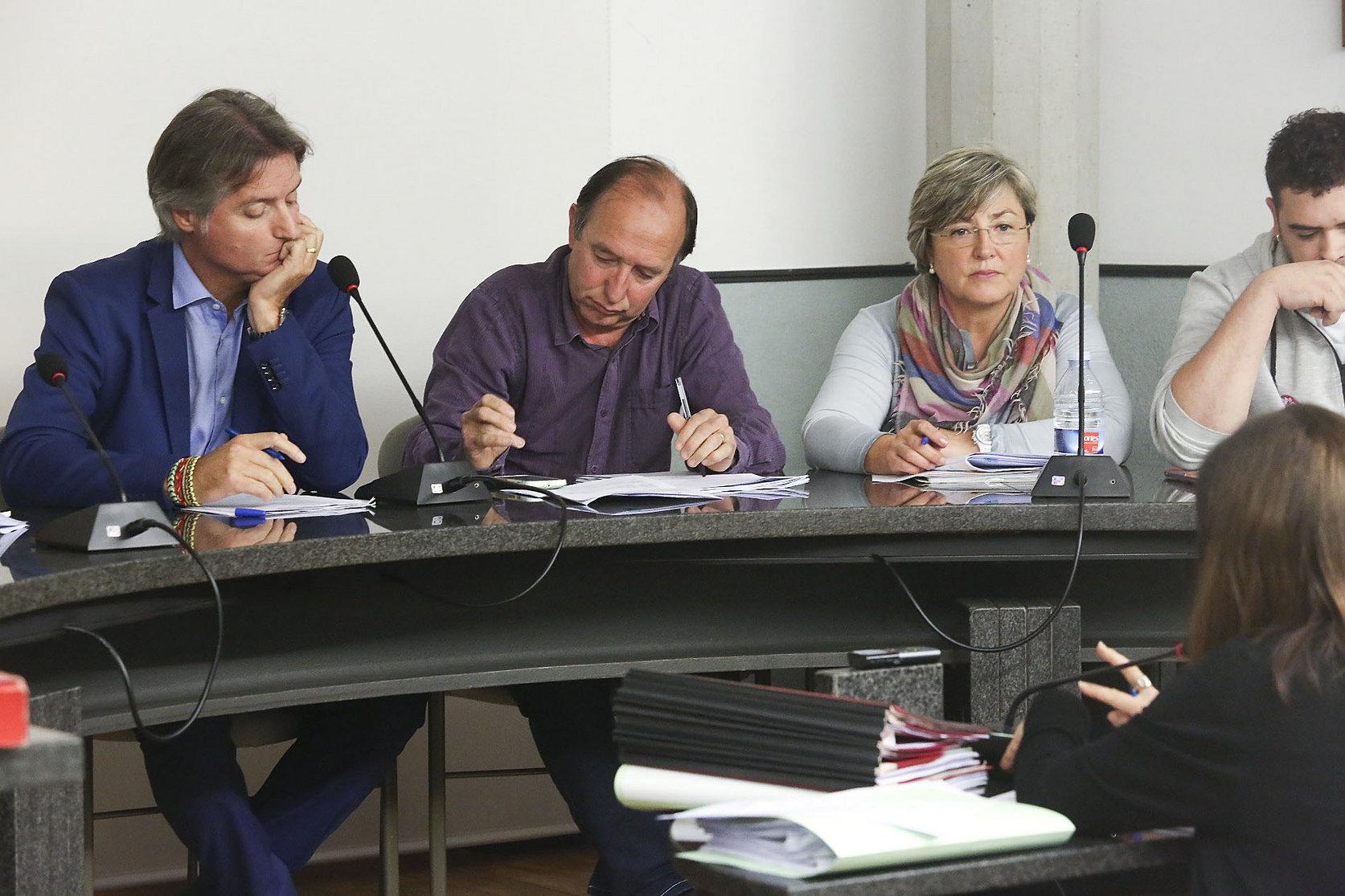 Xavier Vilamala, a l'esquerra, durant un ple