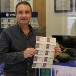 Jesús Palau a l'administració de loteria de Sant Joan mostra els dècims del número 00155