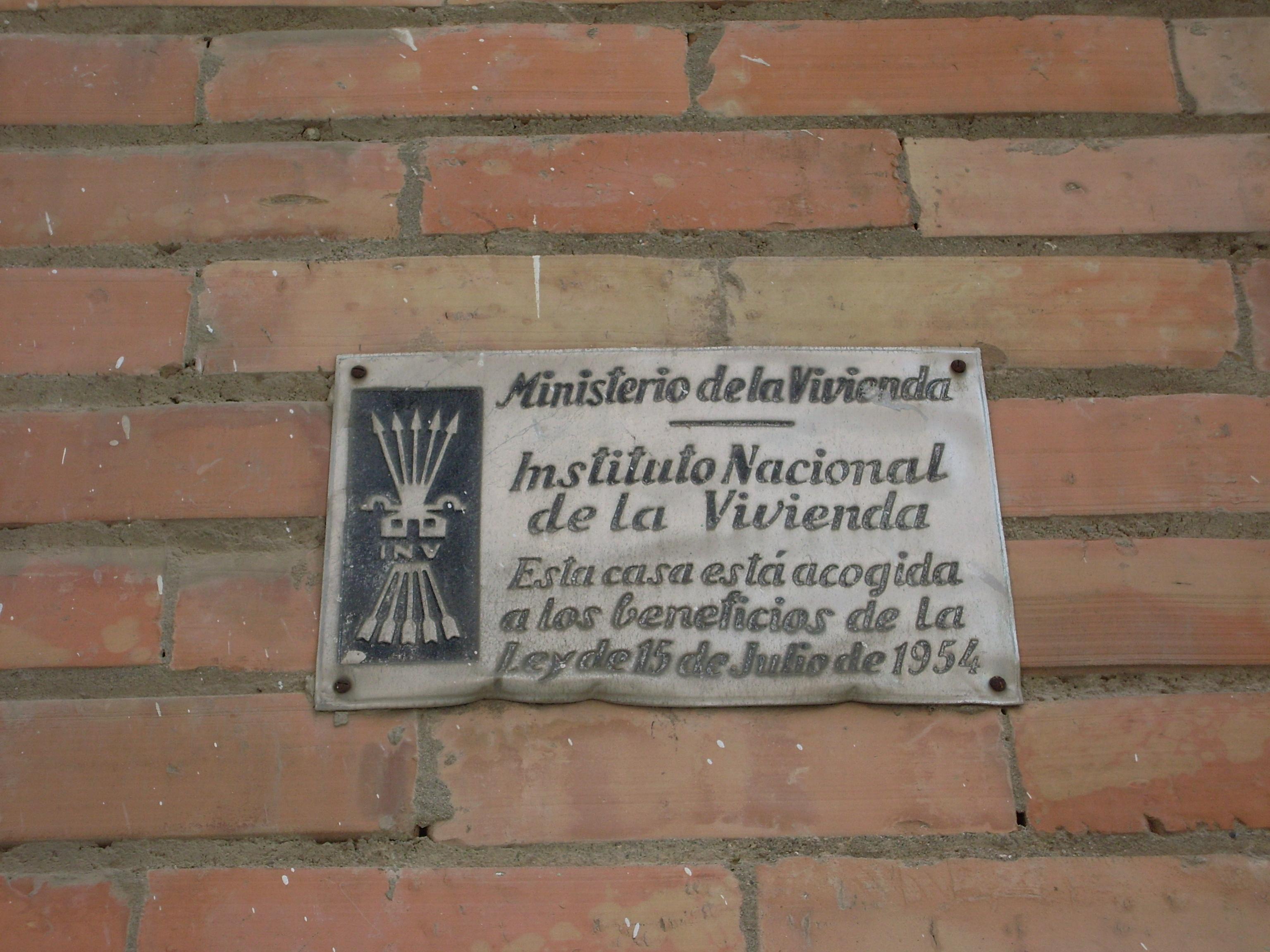 Alguns edificis conserven plaques amb simbologia de l'etapa franquista