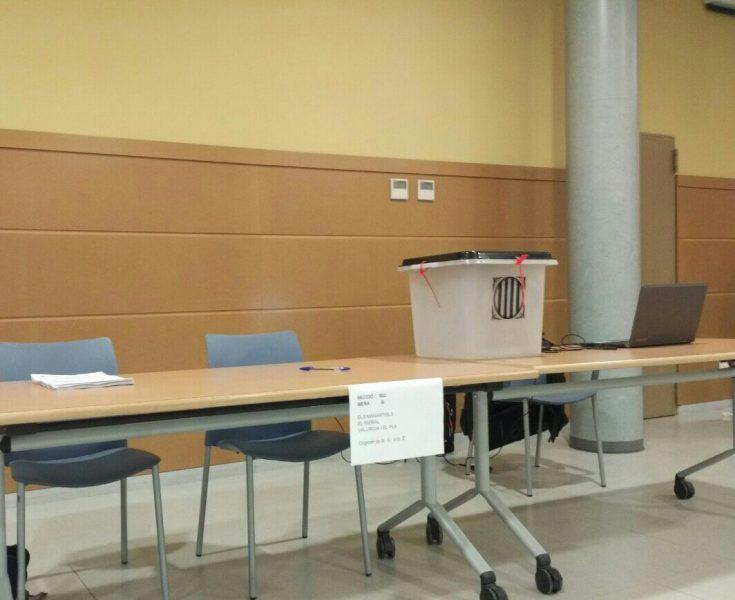 Una mesa preparada per acollir la jornada al Centre Cívic de Bigues // Marc Codina