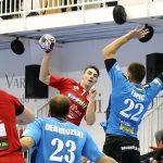 Dávid Debreczeni i Petar Topik defensen un llançament en un partit de lliga recent contra el Csurgói