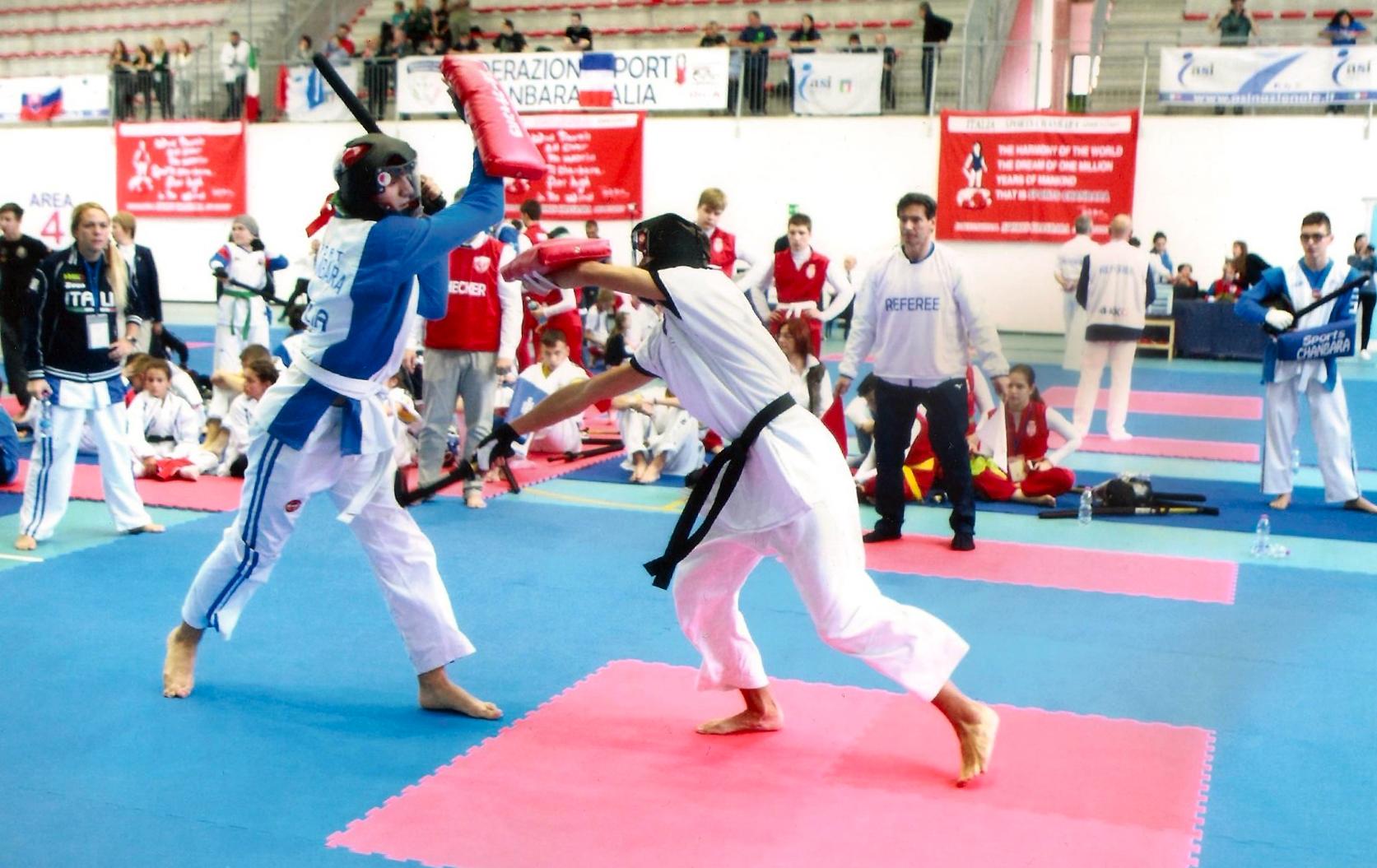 El codinenc Oriol Jerez, a la dreta, en un combat de la modalitat d'espasa gran i escut, al Campionat del Món