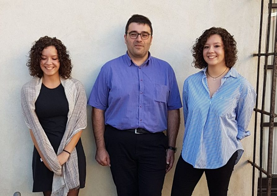 Anna i Mercè Rossinyol amb el tutor, Marc Pons. Van recollir el premi a Andalusia