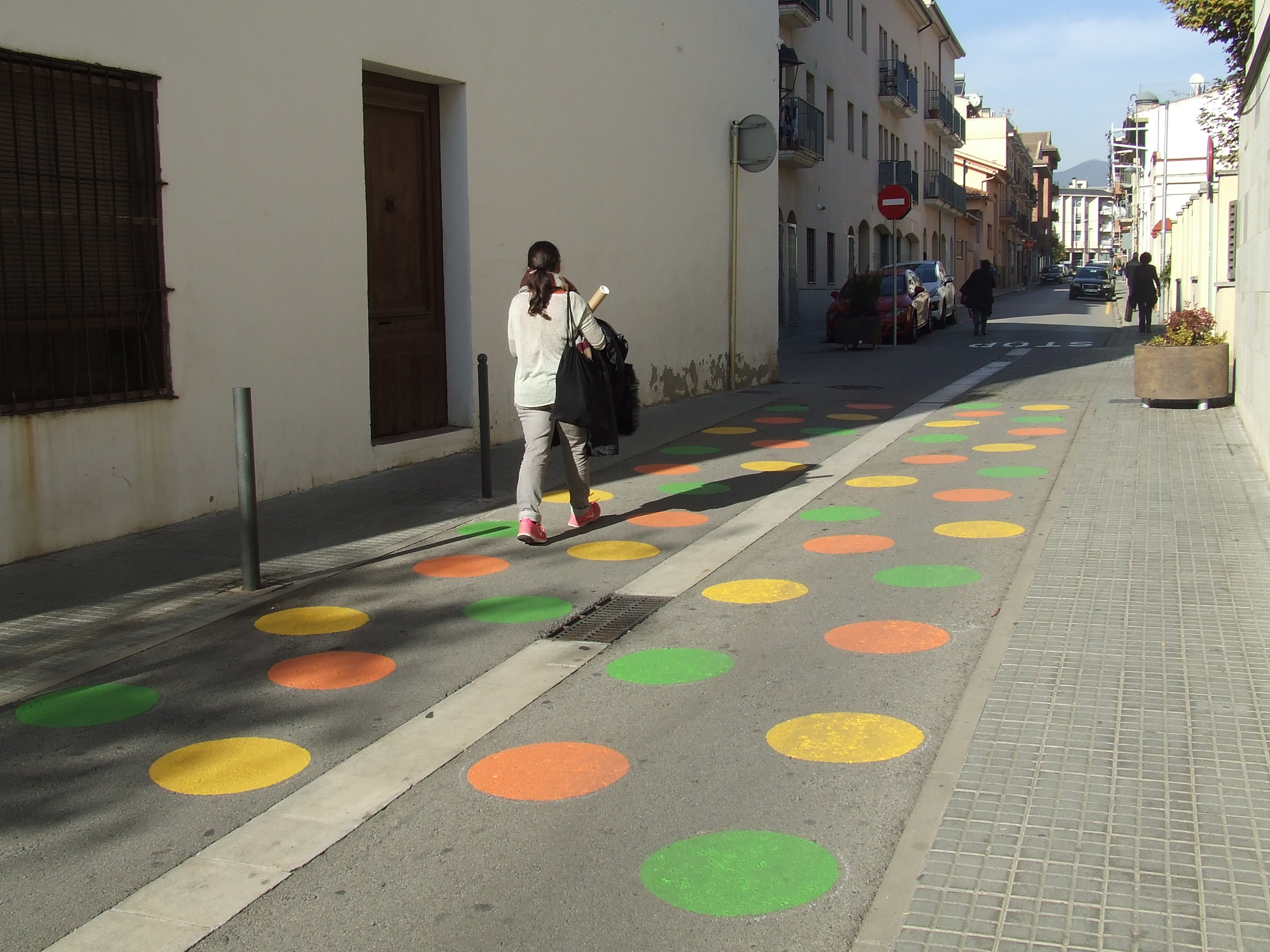 Entre el carrer Hospital i l'avinguda Rei en Jaume s'han pìntat figures de color
