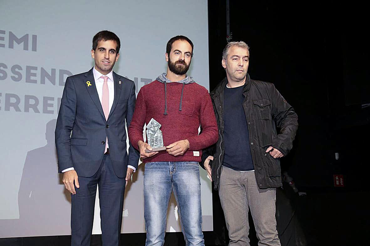 Representants de l'ADF Lluçanès recollint el premi