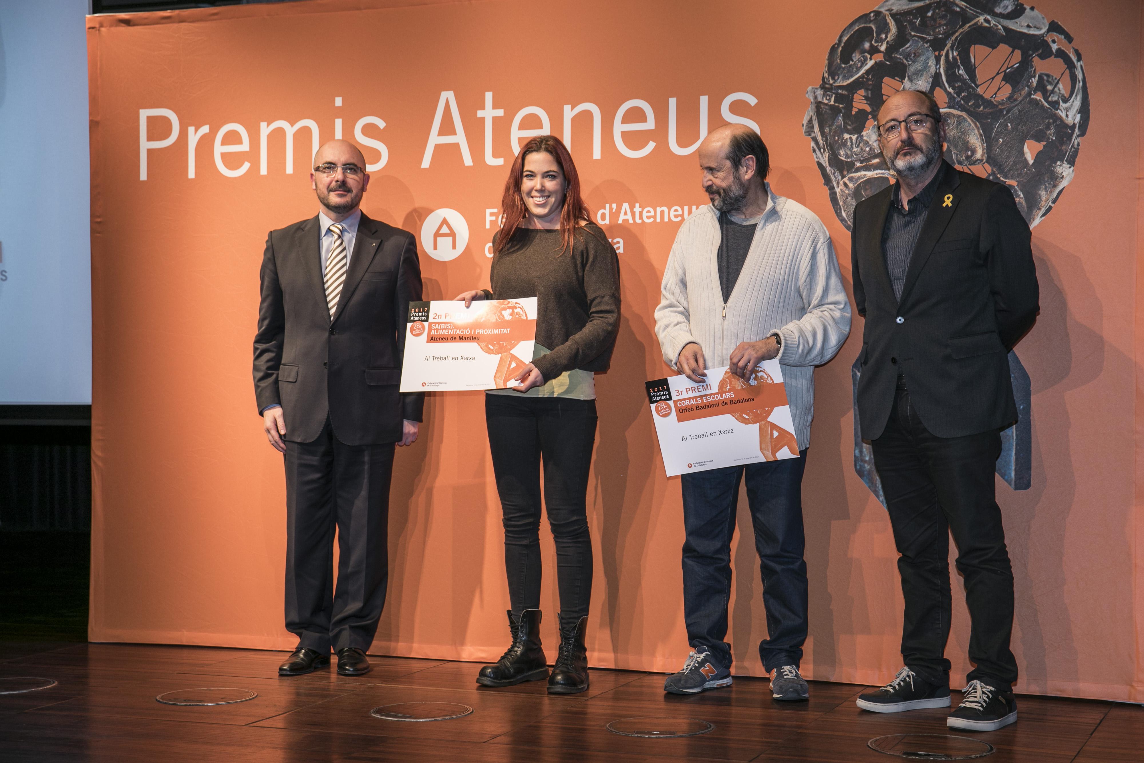 Lídia Grau, segona per l'esquerra, recollint el premi que els van donar a La Pedrera dimarts passat