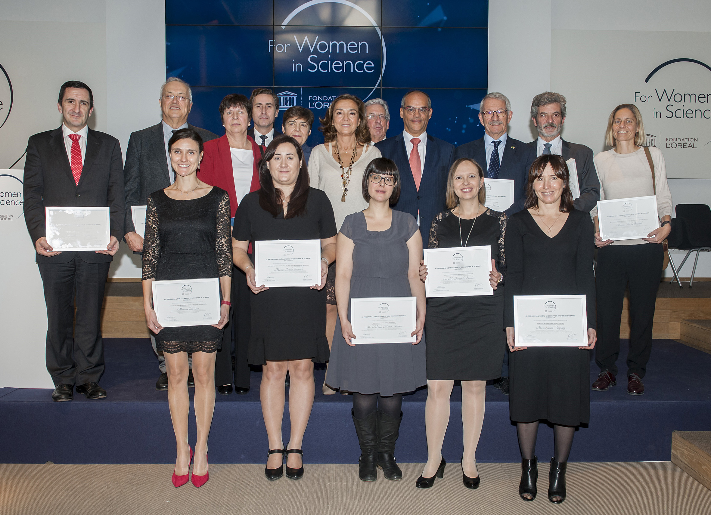 Mariona Coll, primera per l'esquerra, amb les altres premiades a la gala L'0réal a Madrid