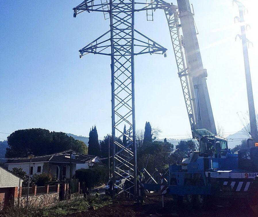 Un grua treballant en la instal·lació de la nova torre