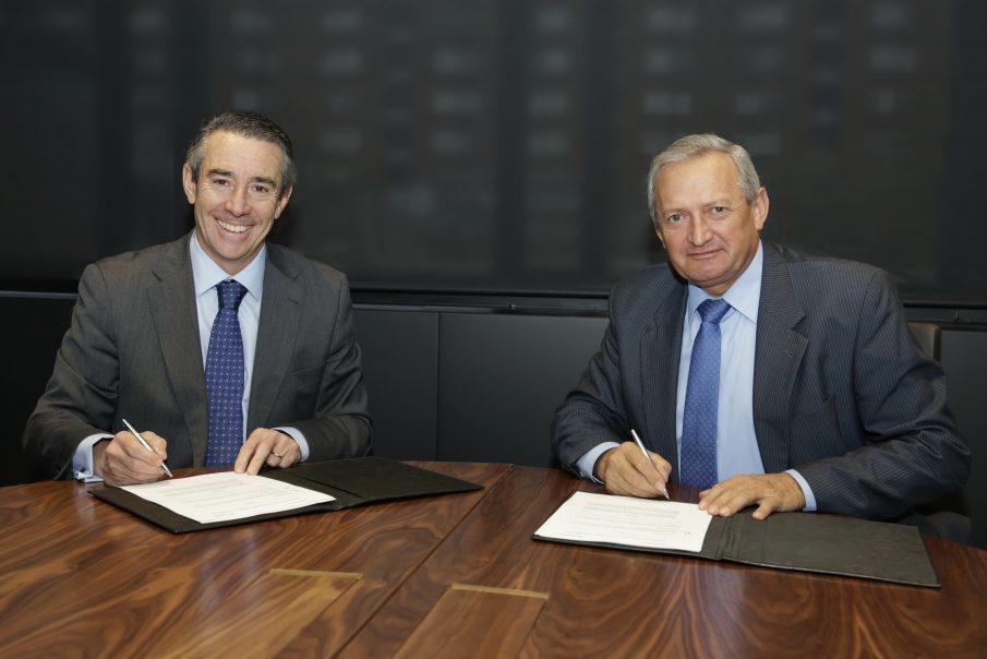 El director general de CaixaBank, Juan Alcaraz, i el president de Cooperatives Agro-alimentàries, Ángel Villafranca, van signar la renovació del conveni