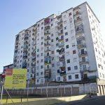 Els pisos actuals i el solar que ha quedat de l'enderroc del primer bloc