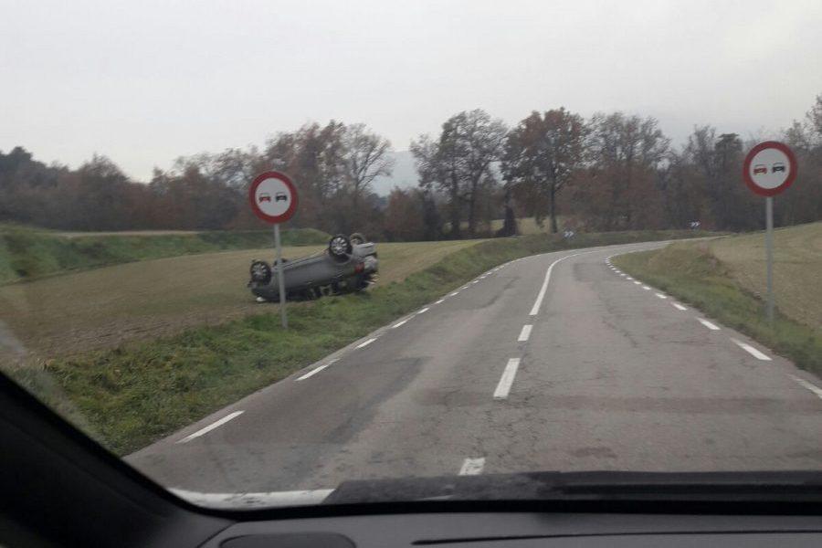 El cotxe ha quedat tombat a la carretera que va a Serrabonica