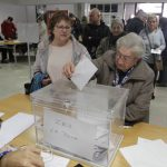 Una ciutadana vota a la Roca