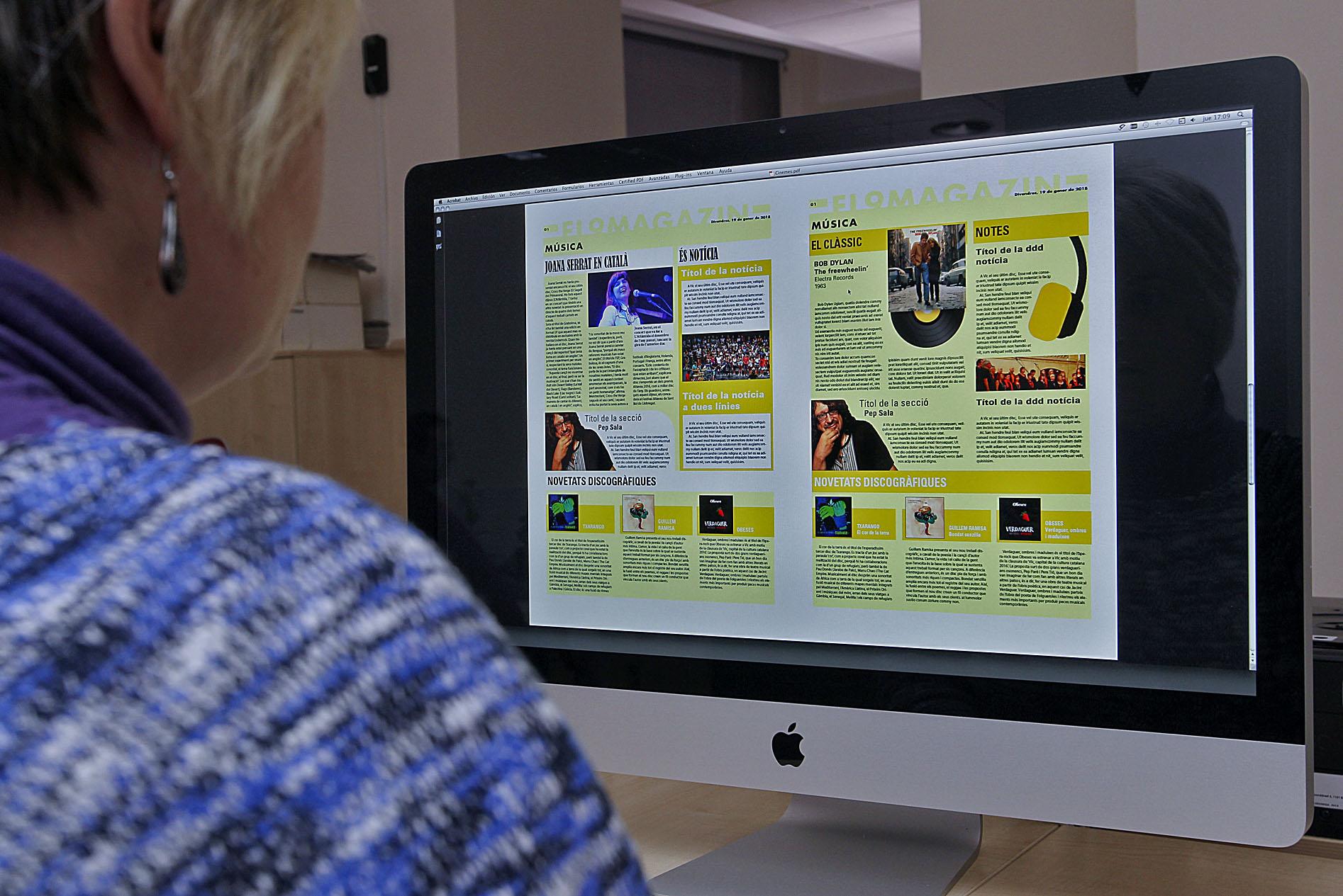 L'equip de disseny, estudiant proves de la maqueta de les pàgines del suplement