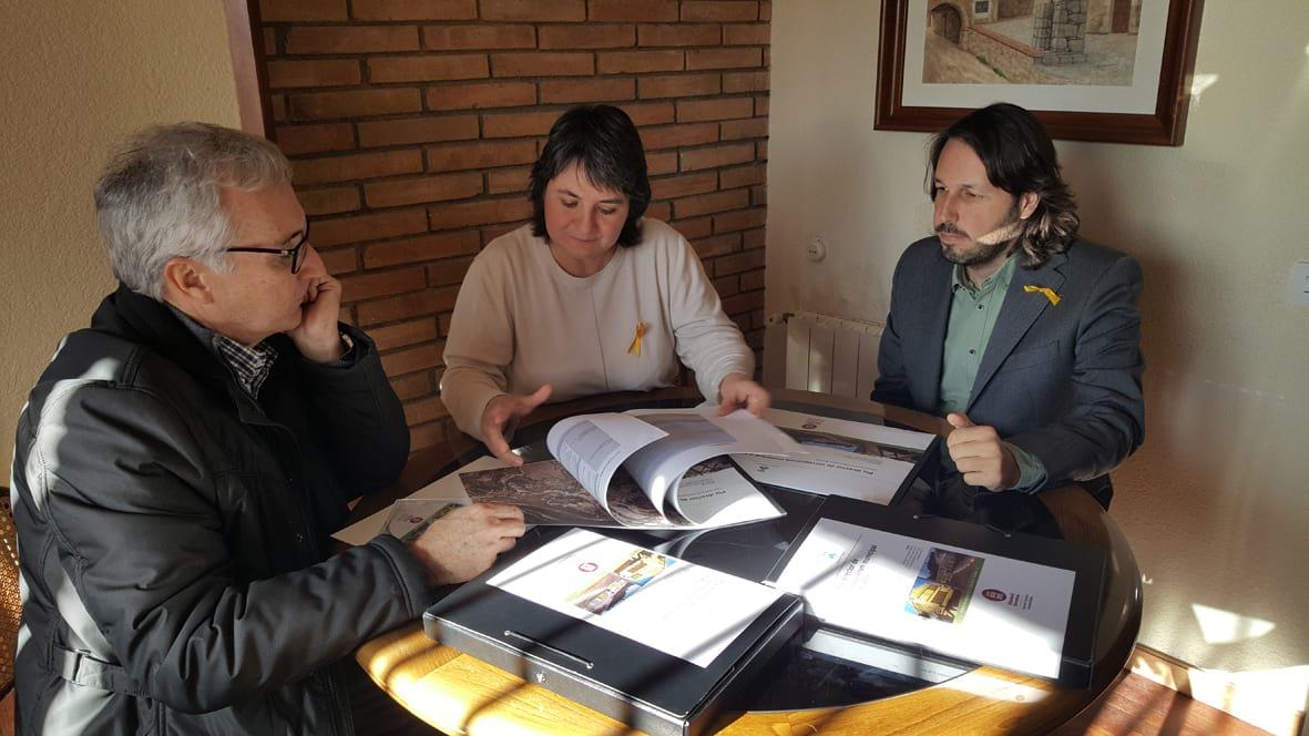 Montse Barniol, al mig, rep el document dels responsables de la Diputació de Barcelona