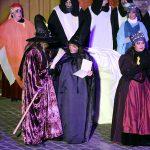 Meri Baulenas, al centre, moments després de ser proclamada Bruixa de l'Any