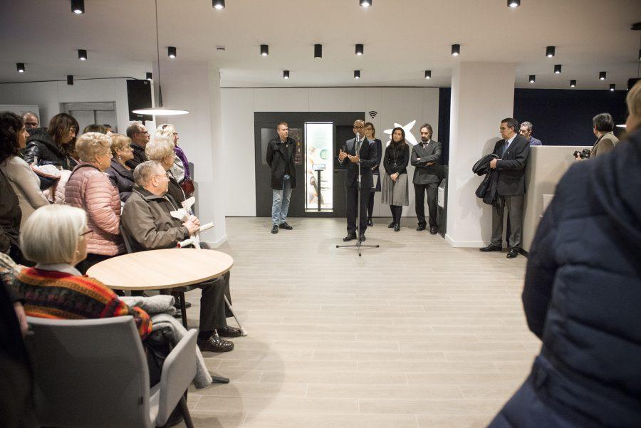 Un moment de la inauguració de la nova oficina de CaixaBank a Manlleu