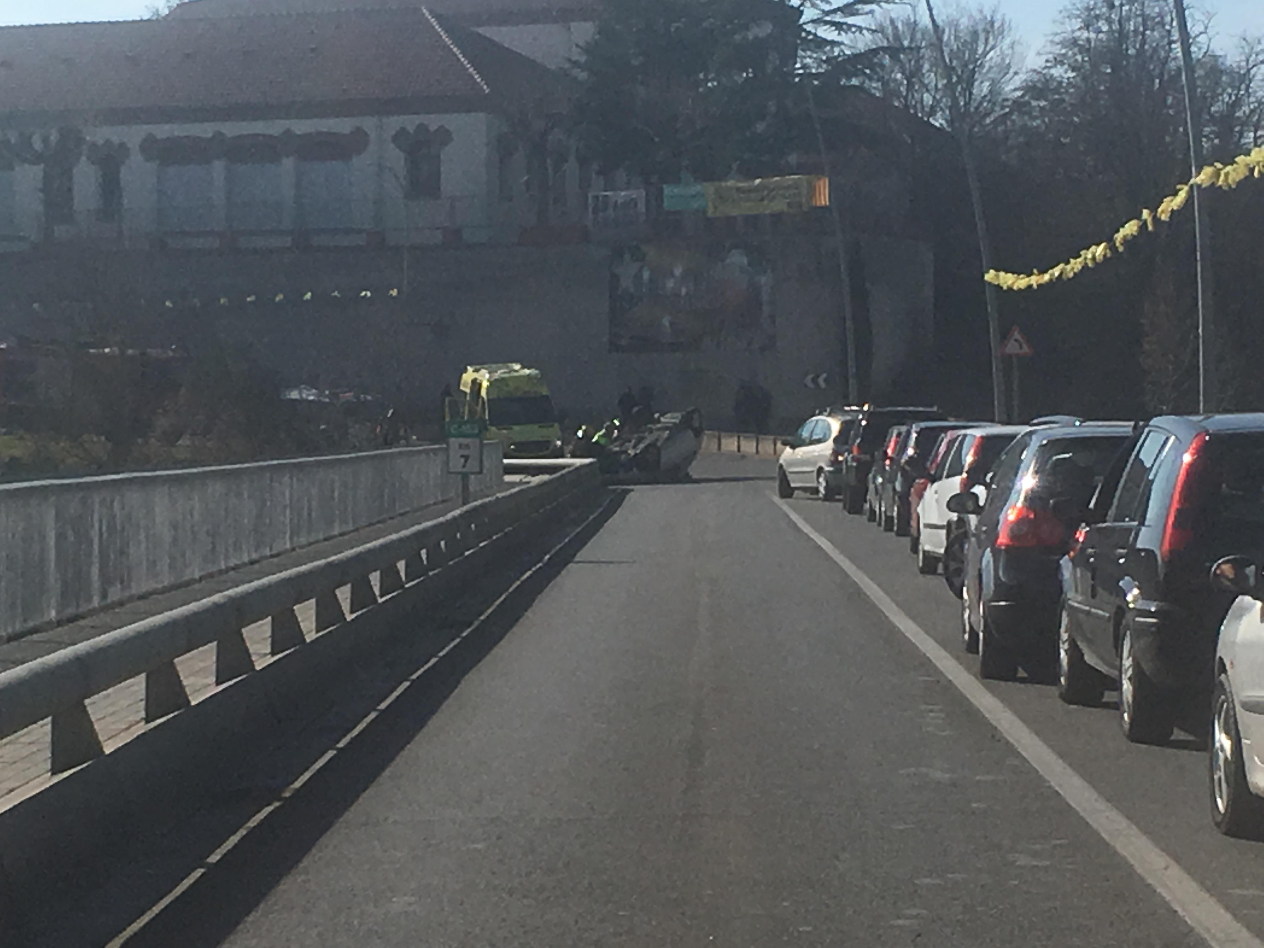 Cues al pont de Roda i el cotxe bolcat, al fons