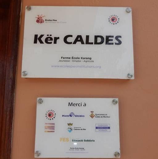La placa a l'accés a la residència que recorda la vinculació de Caldes amb el projecte // Ajuntament de Caldes de Montbui