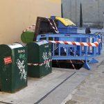 Imatge del mal estat dels contenidors soterrats al carrer de l'Escola de Vic