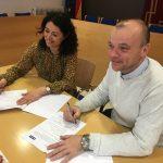 Berta Trillo, gerent de concessions de Sorea, i Emilio Cordero, alcalde de Canovelles, en la signatura del conveni