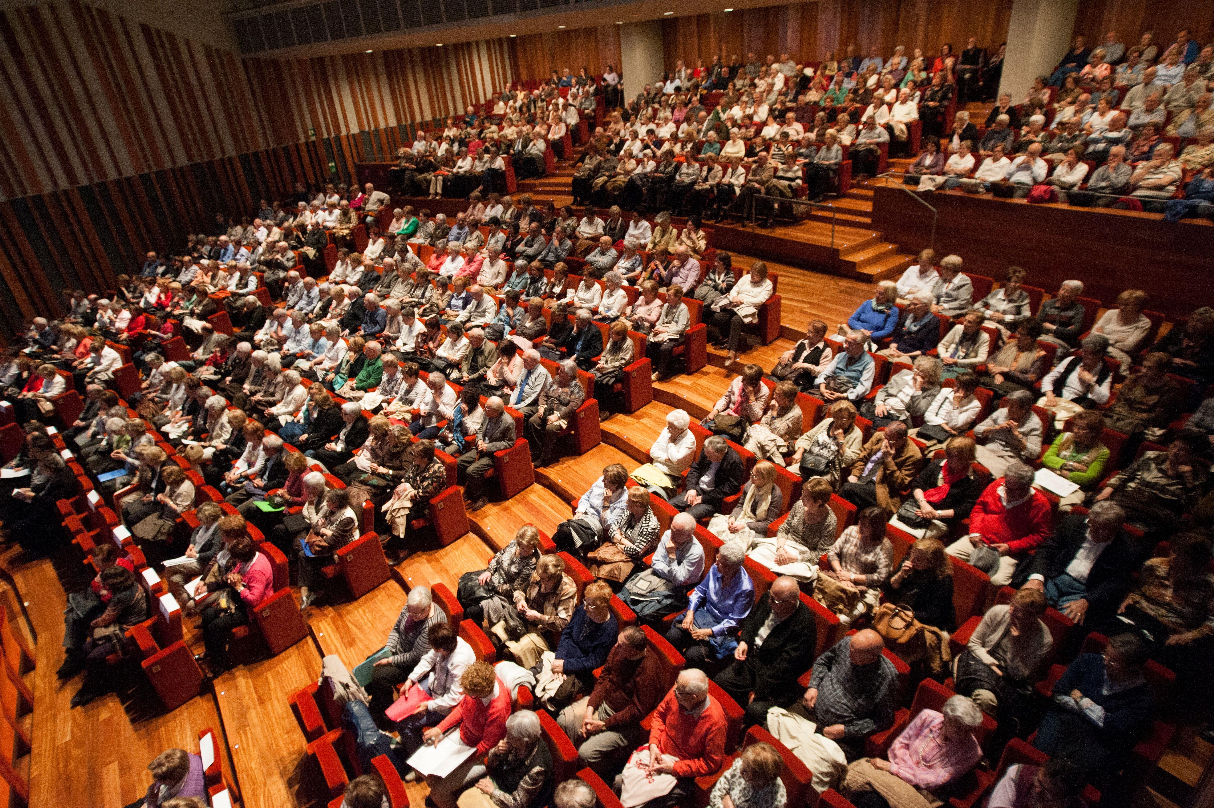 Membres de l'Aula de Gent gran a l'Atlàntida, Centre d'Arts Escèniques d'Osona, en una conferència. | UVIC