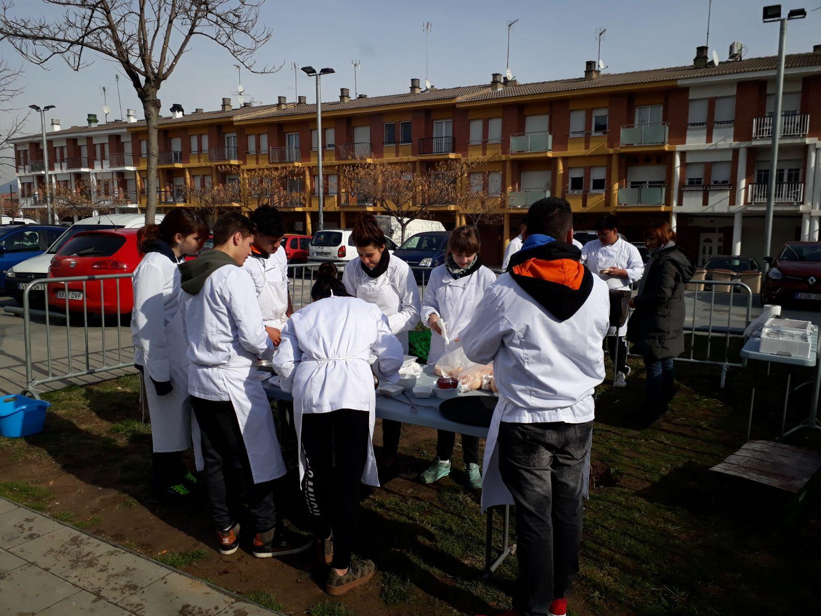 Alumnes del curs d'auxiliars de cuina preparant les sardies