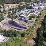 Una vista aèria de l'hort solar al costat de la planta química d'Almirall a Sant Celoni
