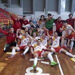 Nil Font, primer per l'esquerra celebrant el títol de campió amb la selecció catalana