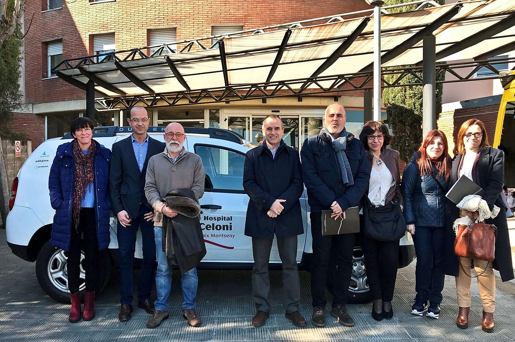 Representants de les empreses, de l'Ajuntament i del patronat del centre sanitari, amb el vehicle donat