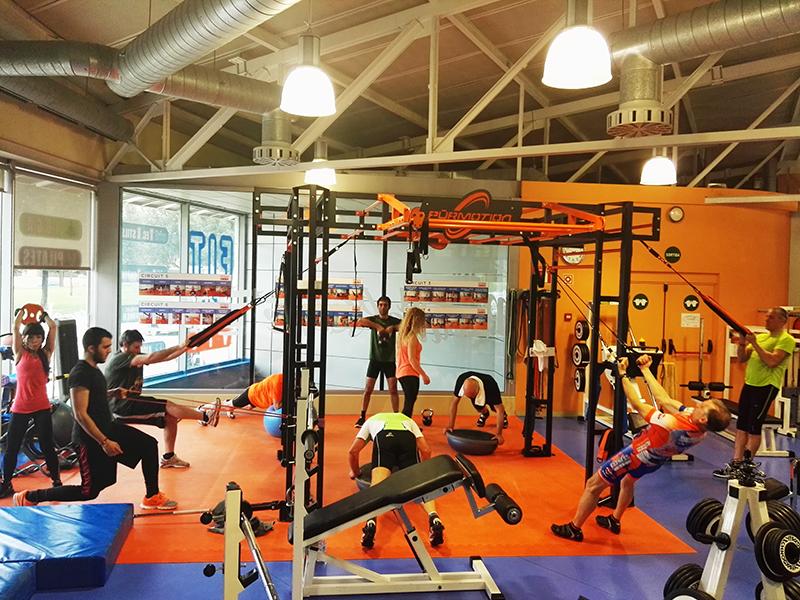La sala del Gimnàs Fitness Vic plena de gent treballant| Fitness Vic