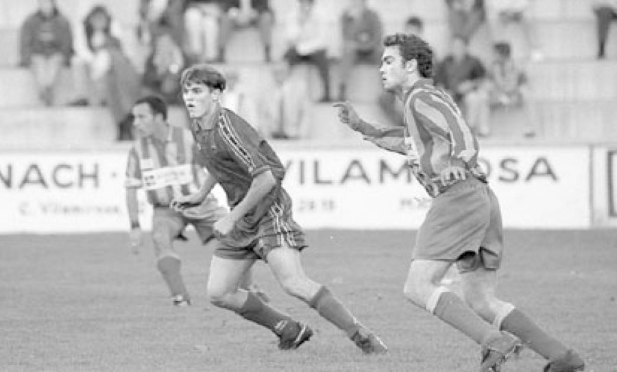 Xevi Molist, amb la samarreta del Barça, perseguit per Jordi Surrallés