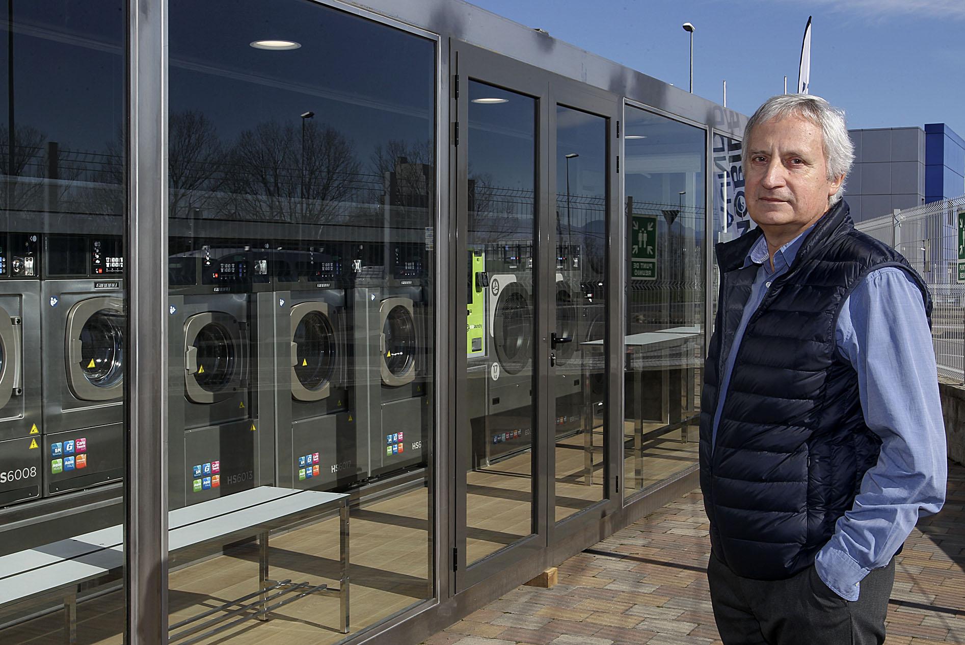 Jordi Aulí davant el prototip de la bugaderia mòbil fabricada per Girbau