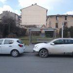 Cotxes particulars aparcats en una parada del bus a Ripoll