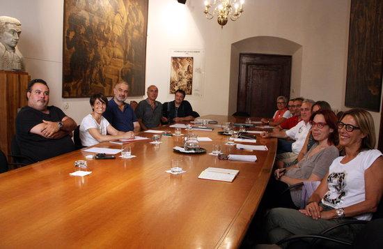 Representants de l'Ajuntament de Vic, la Generalitat, Càritas, Creu Roja i Dianova durant la reunió que van mantenir a Vic el 19 d'agost de 2016. // ACN