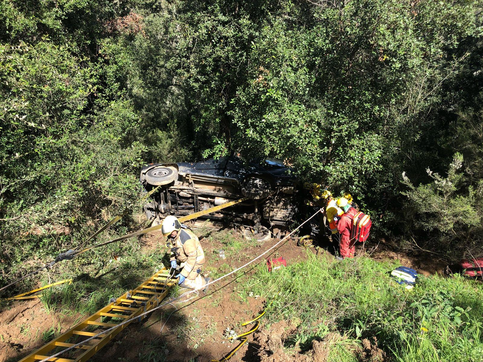 Els bombers treballant al punt de l'accident