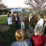 Susagna Roura, Josep Costa,  Josep Ricart i Miquel Desclot davant l'escultura 'Elogi del pensament creador'