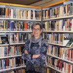 Marta Pujol, en un dels racons de la biblioteca