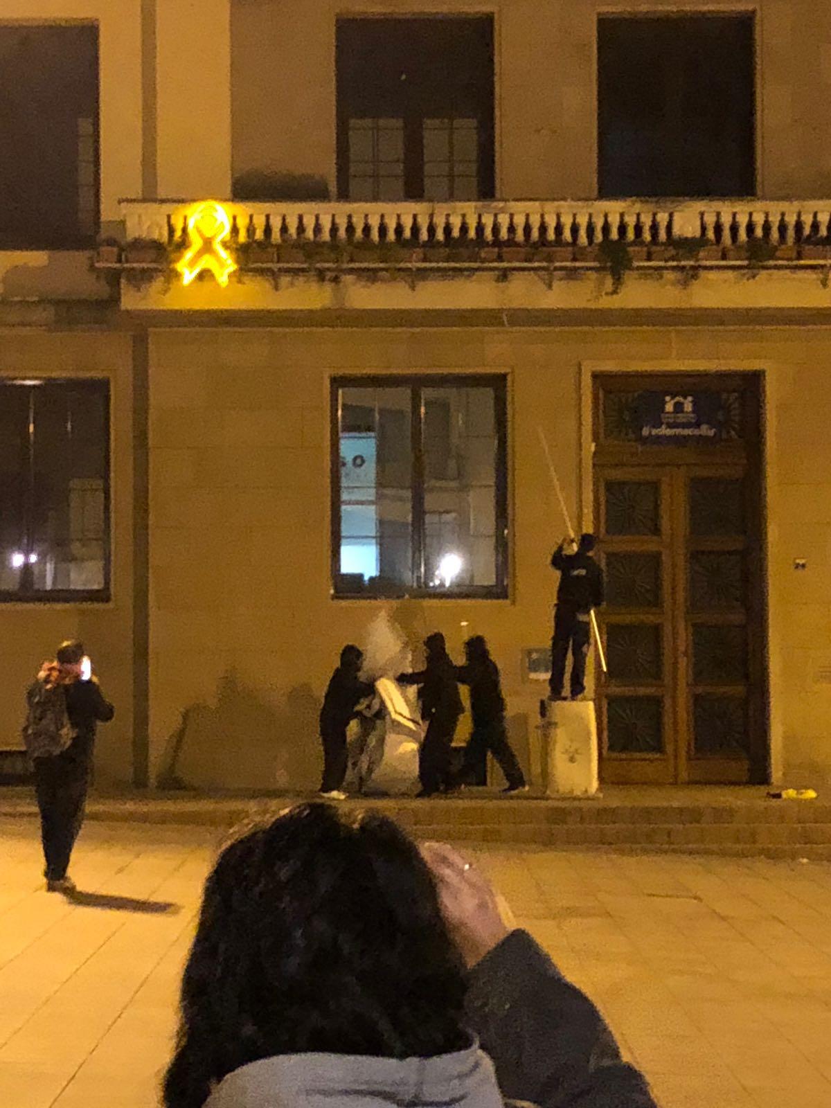 El grup de persones en el moment de treure els símbols