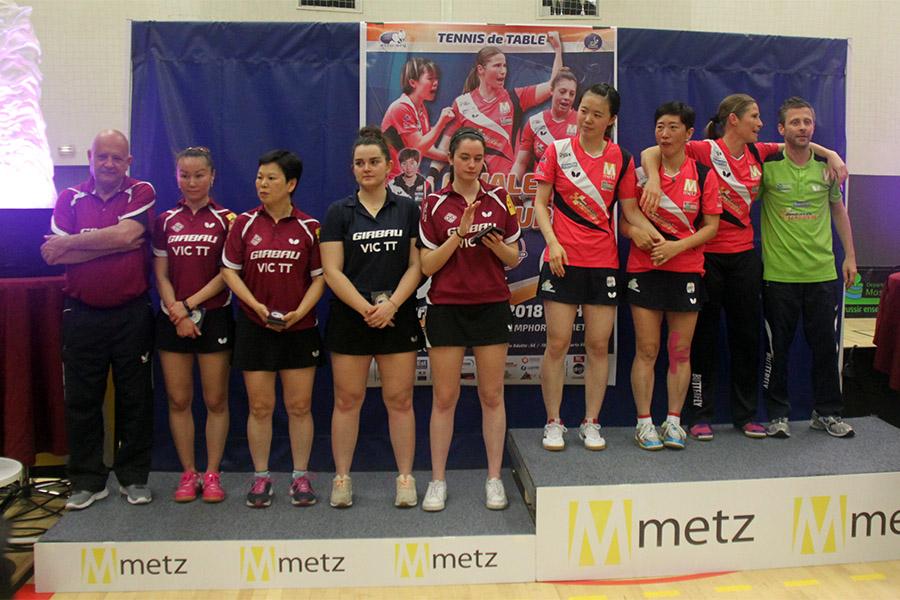 Les jugadores del Girbau Vic TT, a l'esquerra, al podi de la competició europea
