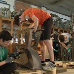 Un grup d'alumnes treballant en la restauració
