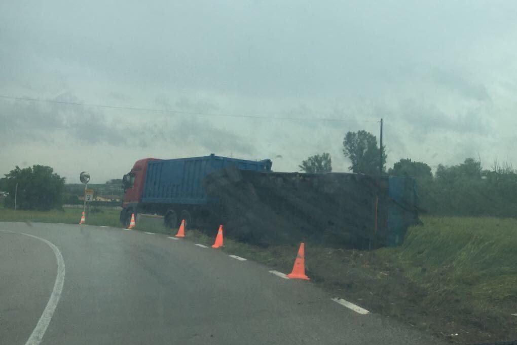 El remolc del camió és el que ha quedat bolcat