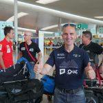 Mingote, en primer terme, amb els companys d'expedició, aquest dimarts a l'aeroport