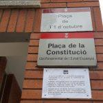 La nova placa a sobre del nom de la plaça de la Constitució