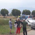 Els dos vehicles implicats i els serveis d'emergències treballant al lloc dels fets