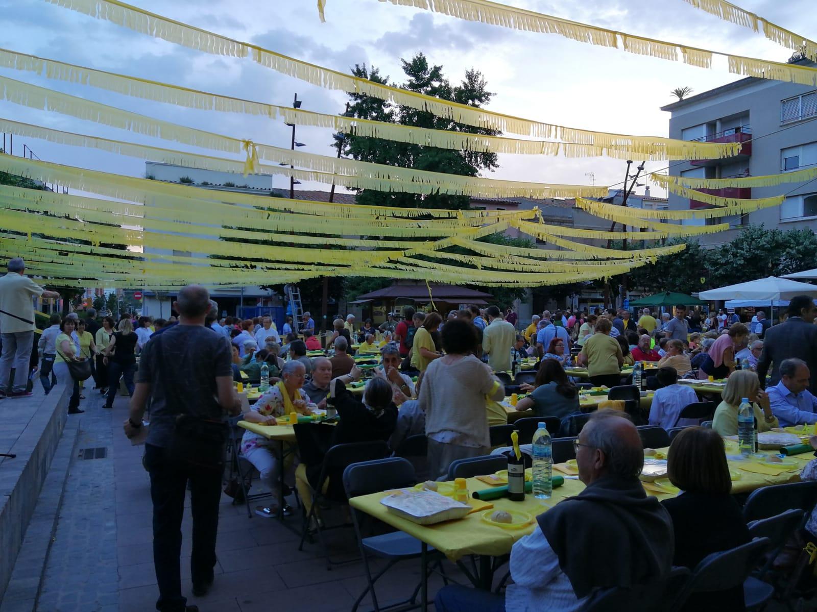 El sopar groc es va fer a la plaça de Can Dachs