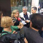 Alicia Buil i Jesús Ribera davant la delegació de Treball de la Generalitat explicant el perquè de la vaga