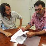 El diputat Josep Ramon Mut, a l'esquerra, lliura l'estudi a l'alcalde del Brull, Ferran Teixidó