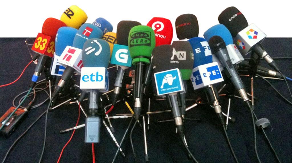 Multitud de micròfons en una roda de premsa