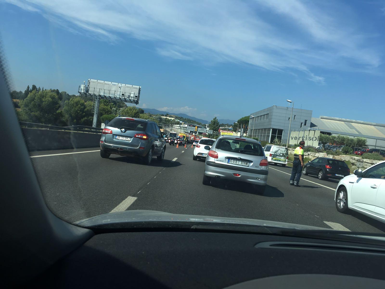 Vehicles aturats a la cua amb el cotxe sinistrat al fons